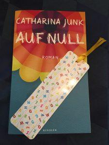Buchcover Auf Null von Catharina Junk mit Lesezeichen