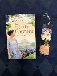 Buchcover Die englische Gärtnerin - Blaue Astern von Martina Sahler